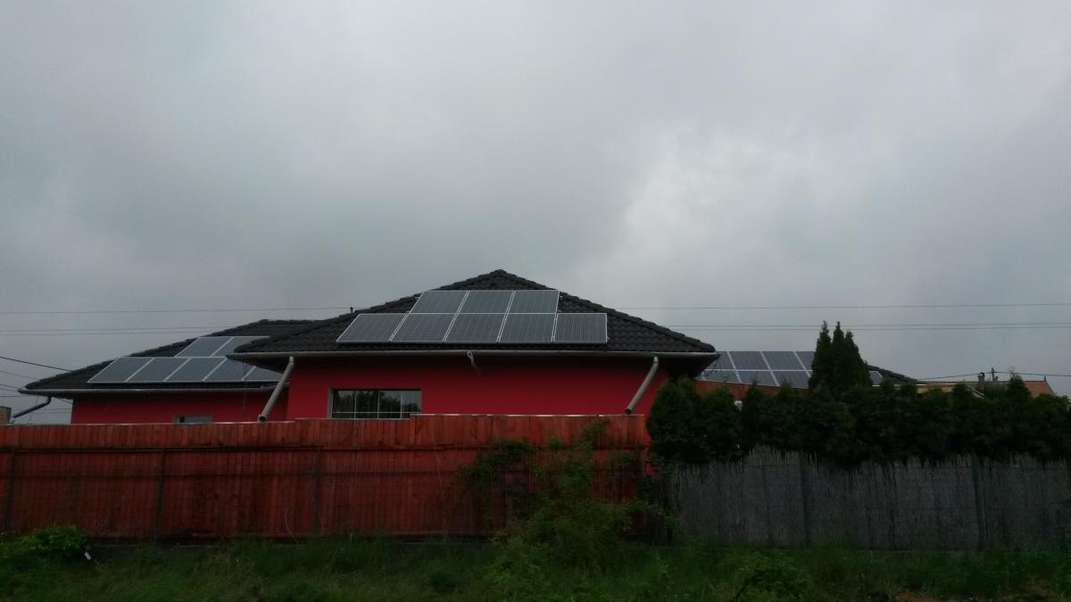 7,65 kW-os rendszer, ami 30 db, 255W-os Bauer napelemből, és Fronius inverterből áll.Itt a jelenlegi fogyasztás nem indokolta volna egy ekkora rendszer kiépítését, de az ügyfelünk hőszivattyú beállítását tervezi a közeljövőben, aminek az áramellátását szintén a napelemek fogják megoldani.