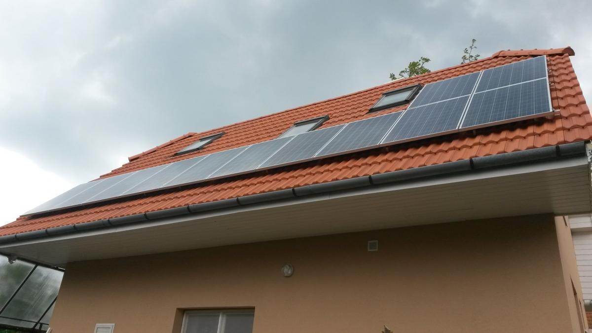 3,12 kW-os rendszer, melynek a megvalósításához 12 db. 255W-os Bauer napelemet, és egy darab Fronius invertert használtunk fel.A megvalósítás sikeréhez nagyban hozzájárult az is, hogy itt is elintéztük az ügyfelünknek, a részletre történő vásárlás lehetőségét, méghozzá egy olyan konstrukcióban, ahol egy 30%-os visszanemtérítendő állami támogatást is igénybe vettünk.Itt is abból fizeti ki az ügyfelünk a rendszert, amit egyébként a villanyszámlára költene.