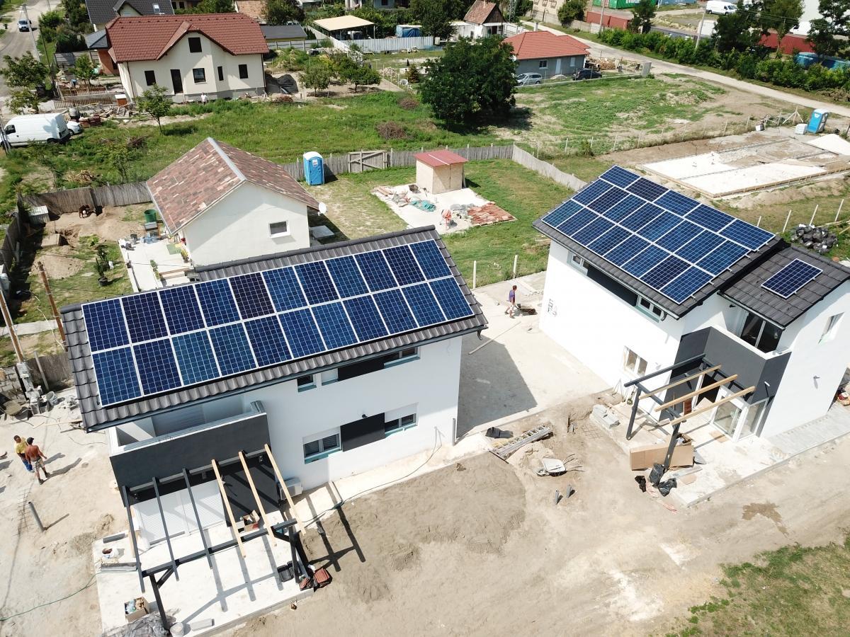 Minden házon 22 db Bauer panel, Solaredge inverterrel, és panelenkénti optimalizálással.