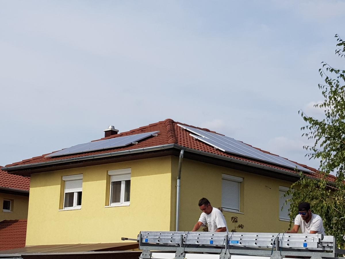 12 db Bauer 275 W-os panel, Solaredge inverterrel, és panelenkénti teljesítményoptimalizálással.