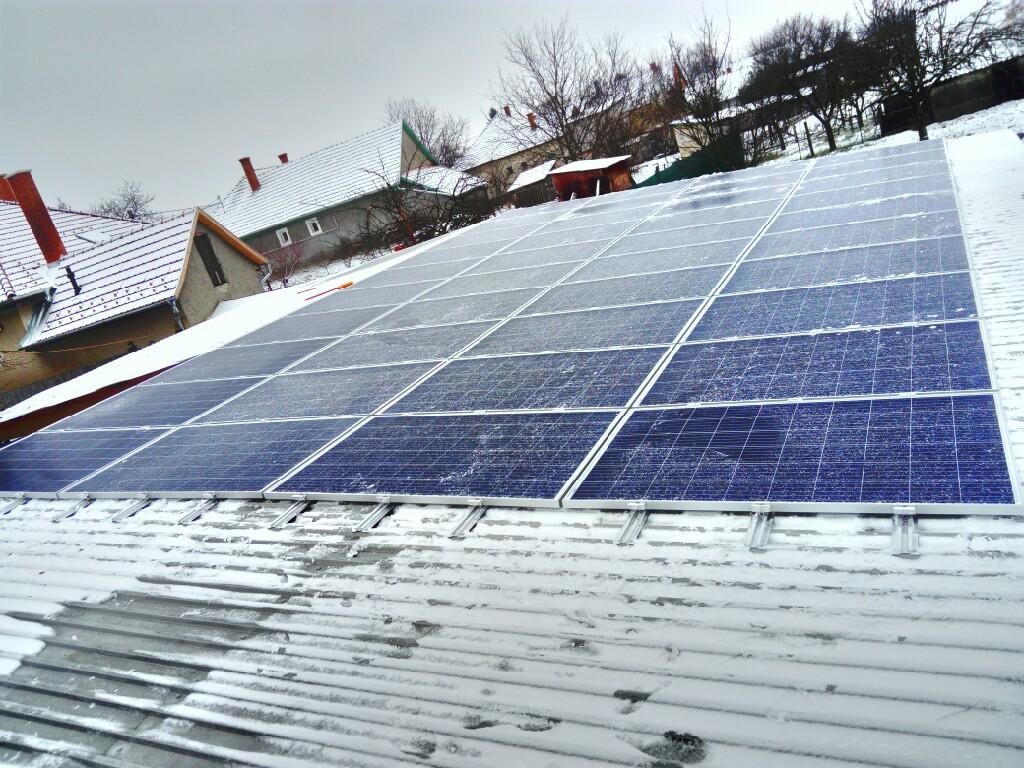 40 db 270 W-os Bauer panel, és 1 db SE10k Solaredge inverter, panelenkénti teljesítményoptimalizálással.
