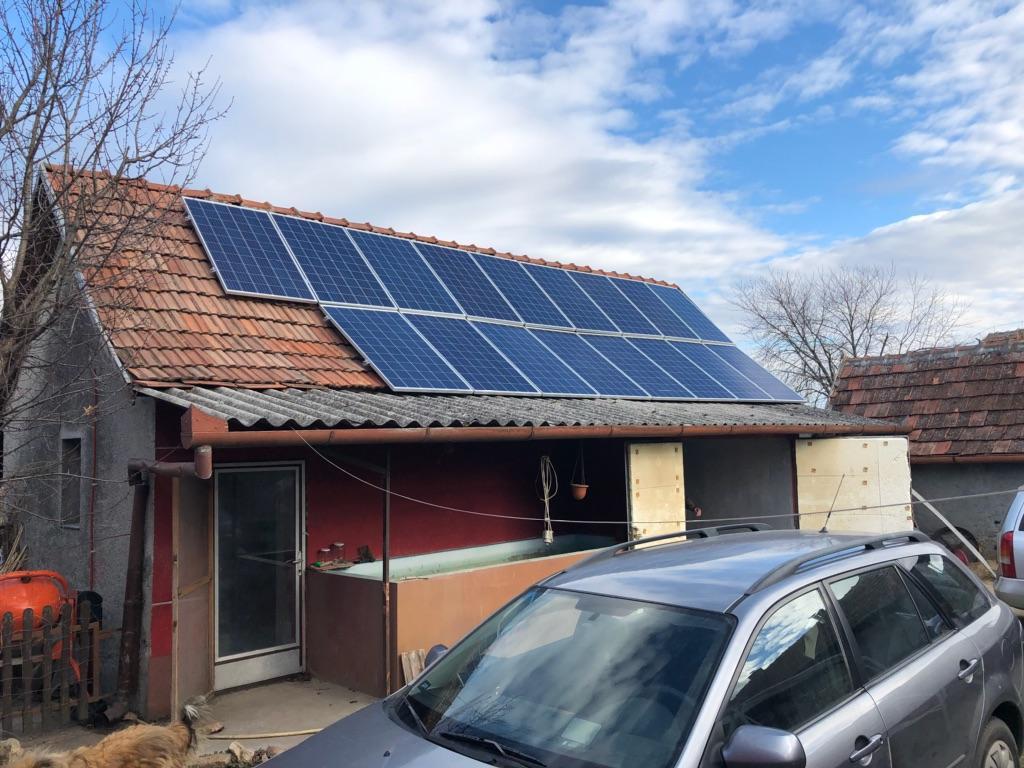 17 db 270W-os Bauer panel, és 1 db SE3000H HD-WAVE Solaredge inverter, panelenkénti teljesítményoptimalizálással.