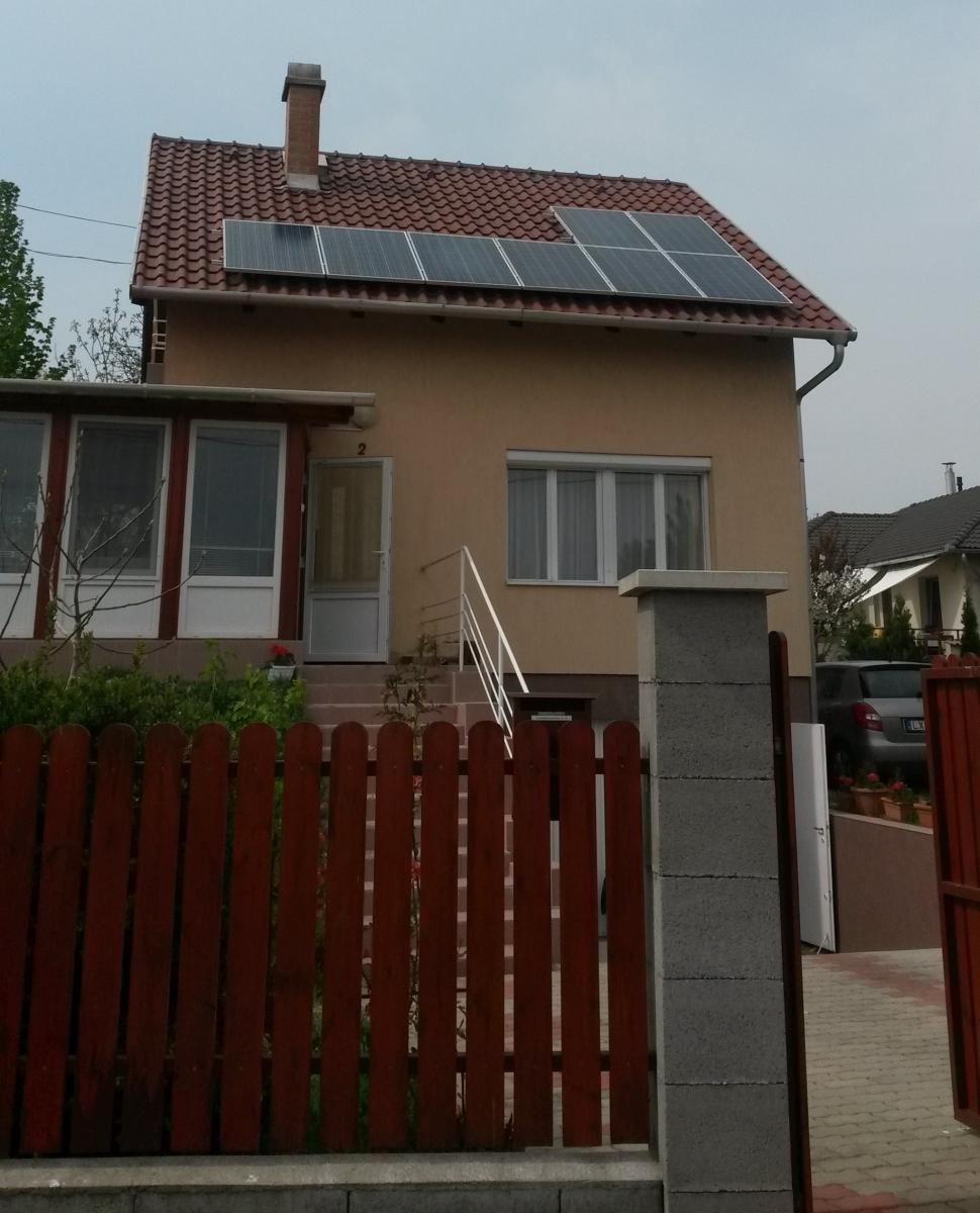 2,08 kW-os rendszer, amit 8 db. 255W-os Bauer napelemmel (Német), és Fronius inverterrel (Osztrák) oldottunk meg.Komplett szolgáltatást nyújtottunk, az ötlettől a készre szerelt rendszerig.Nemcsak a műszaki kivitelezésben nyújtottunk segítséget, hanem a kedvező részletvásárlási lehetőséget is elintéztük az ügyfelünk részére, és így abból tudja kifizetni a napelemes rendszerét, amit a villanyszámlára költene. A 30%-os vissza nem térítendő állami támogatást tartalmazó konstrukciót, duplán vettük igénybe, így az ügyfelünk 4 év alatt fogja kifizetni a teljes beruházást.