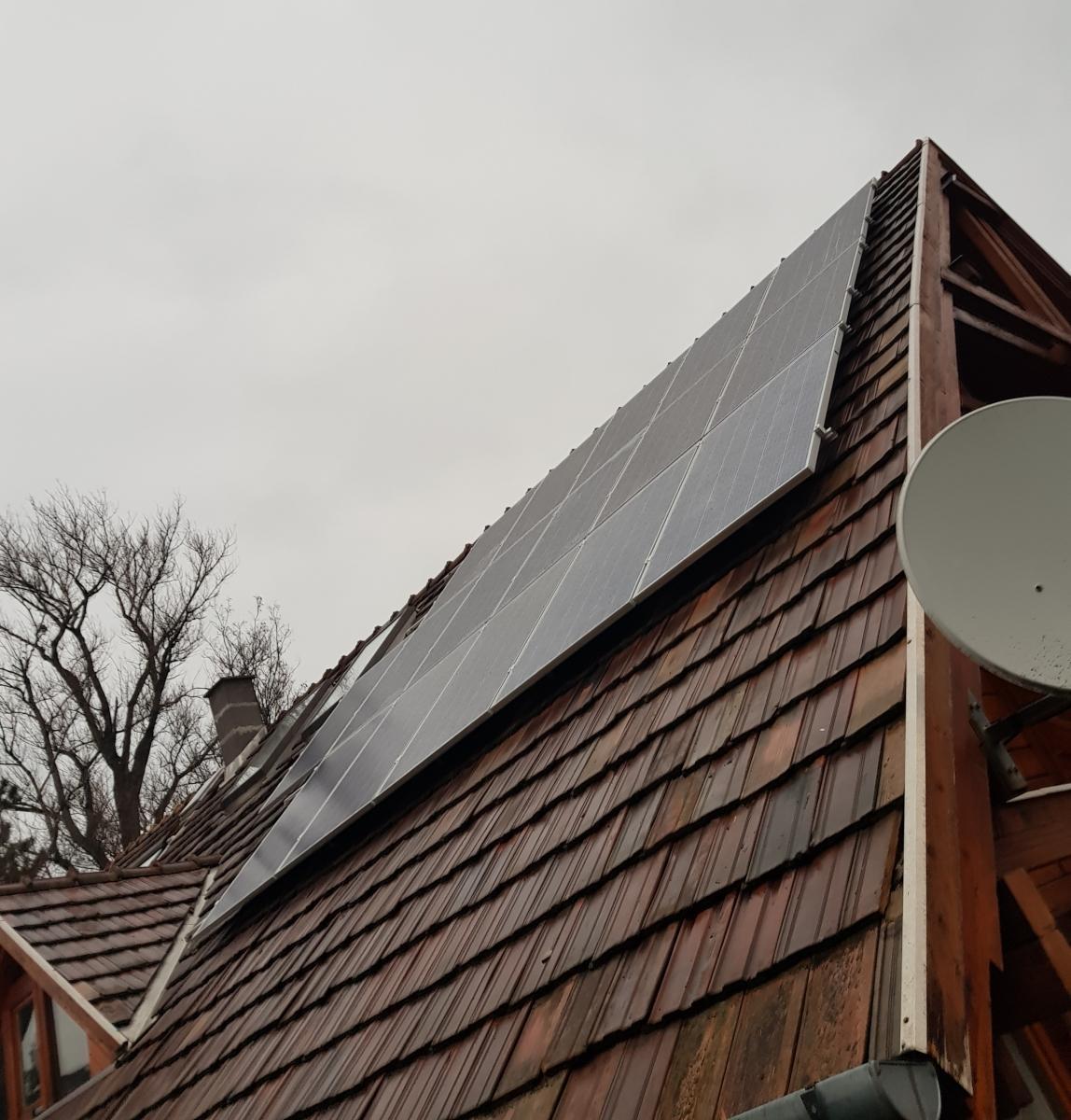 16 db 270 W-os Bauer panel, és 1 db SE3680H HD-WAVE Solaredge inverter, panelenkénti teljesítményoptimalizálással.