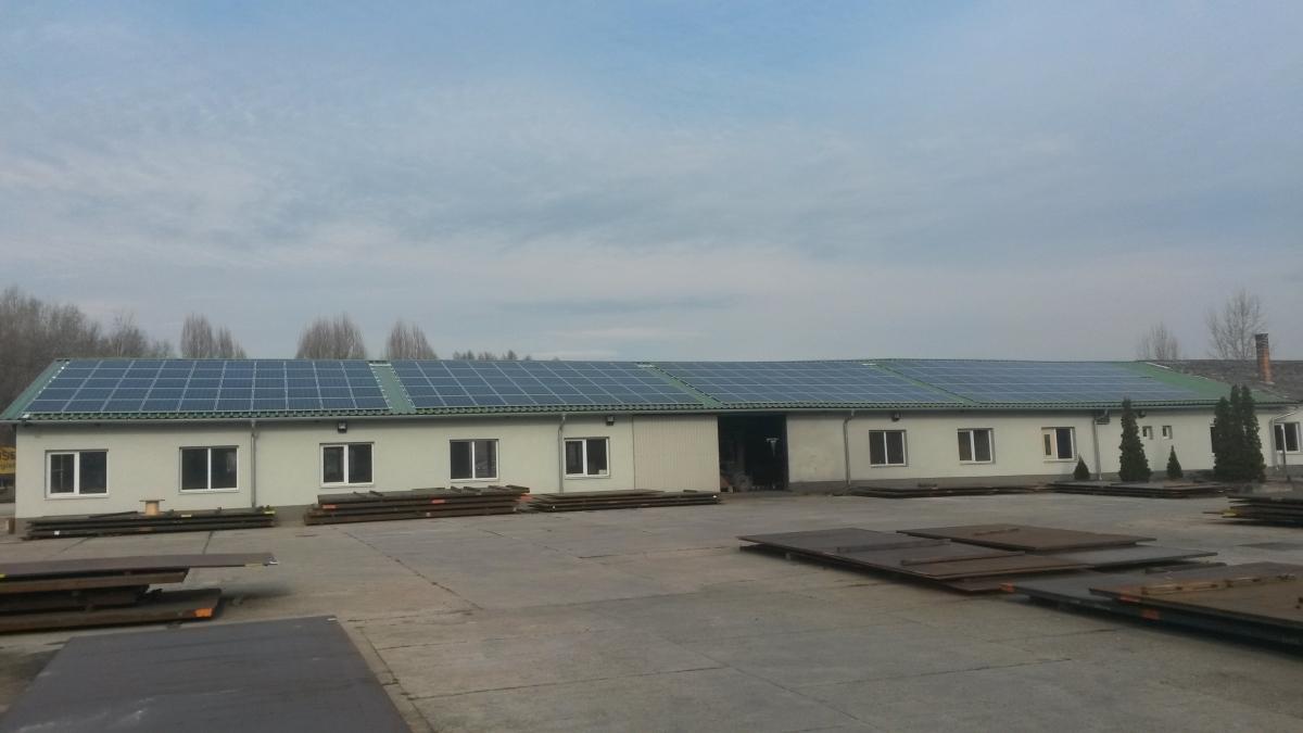212 db 260W-os Bauer panel, és 1db 20 kW-os ABB inverter, illetve 1 db 27,6 kW-os ABB inverter.DC oldalon, 55,12 kW-os összteljesítmény, AC oldalon 47,6 kW.