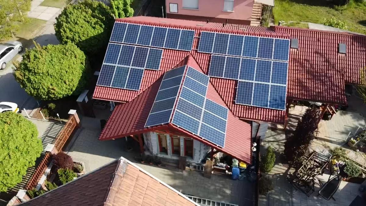 Német Bauer Panelek, Solaredge inverterrel, és panelenkénti optimalizálással.A ház még szigetelés előtt áll, azért van az inverter, és az AC/DC kellék kiemelve.