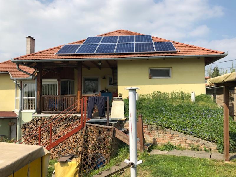10 db Bauer 270 W-os panel, és Solaredge inverter, panelenkénti teljesítményoptimalizálással.