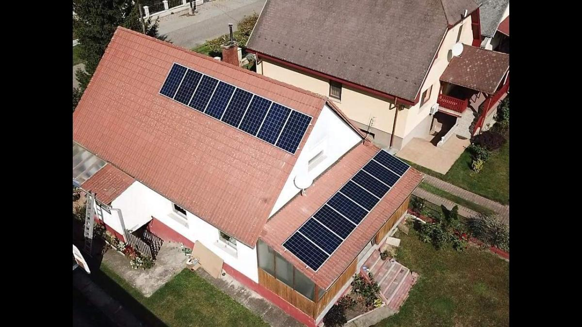 16 db Bauer 275 W-os panel, Solaredge inverterrel, és panelenkénti teljesítményoptimalizálással.