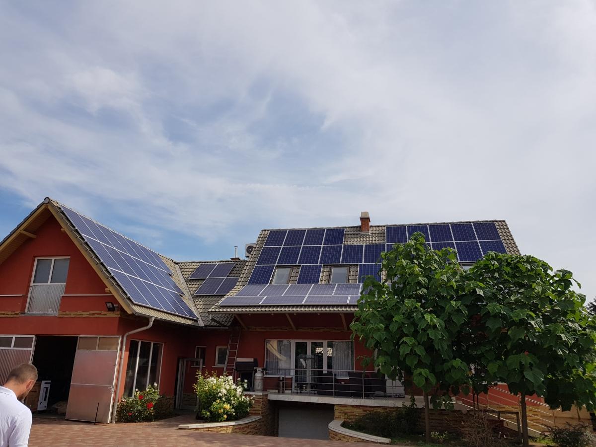 65 db 275 W-os Bauer panel, 17 kW-os Solaredge inverterrel, és teljesítményoptimalizálással.